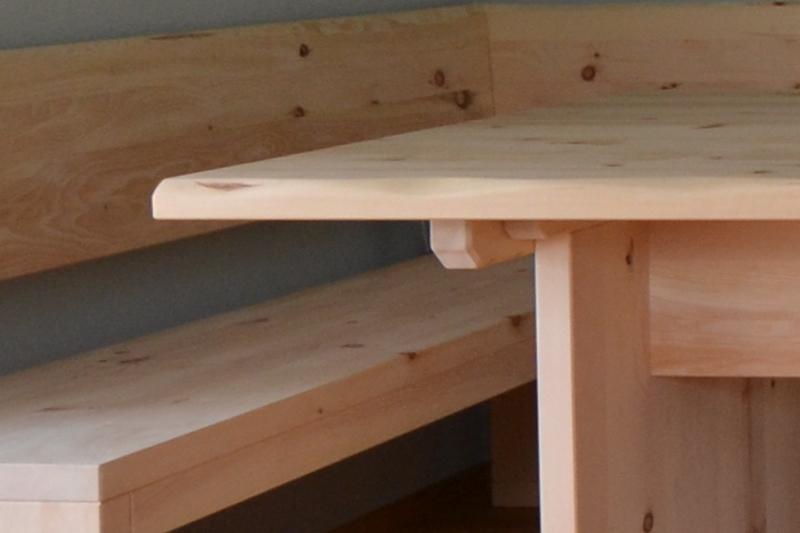 Eckbank und Tisch aus Zirbenholz